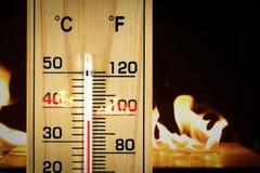 Lokalisierter weißer Hintergrund des Thermometers der Nahaufnahme hölzerne Skala Stockfotos