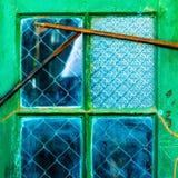 Lokalisiertes altes vernachlässigtes grünes Fenster Stockfoto