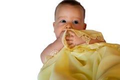 Lokalisiertes Baby in der gelben Decke Lizenzfreies Stockbild