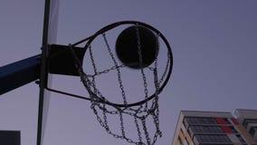Lokalisiertes Basketballkorb- und Ballergebnis ein Ziel stock video