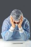 Lokalisiertes bedauernder Verbrecher mit Handschellen gefesseltes Chirurg por Stockfotografie