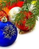 Lokalisiertes Bild Nahaufnahme vieler Weihnachtsdekorationen lizenzfreies stockfoto