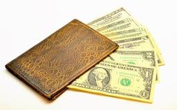 Lokalisiertes Bild Schäbige Geldbörse mit Dollar Lizenzfreie Stockfotos