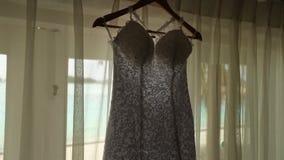 Lokalisiertes Brauthochzeitskleid im Bungalowraum mit blauer Lagune auf Hintergrund, Kamera auf Schieber Szenisches hinteres des  stock footage