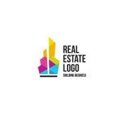 Lokalisiertes buntes Immobilienagenturlogo, Hausfirmenzeichen auf Weiß, Hauptkonzeptikone, Wolkenkratzervektorillustration Stockbilder