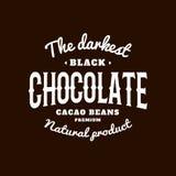 Lokalisiertes dunkles Schokoladenemblem-Vektorlogo Weißes Farbschreiben auf dem schwarzen Hintergrund Süßspeisefirmenzeichen Lizenzfreies Stockbild