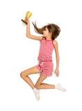 Lokalisiertes Foto des glücklichen Mädchens laufend mit goldener Trophäenschale Lizenzfreie Stockbilder