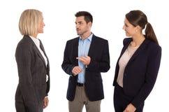 Lokalisiertes Geschäftsteam: Mann und Frau, die zusammen sprechen Stockfotos