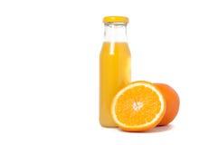 Lokalisiertes Getränk Glas Orangensaft und Scheiben der orange Frucht lokalisiert auf weißem Hintergrund Lizenzfreies Stockfoto