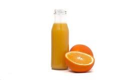 Lokalisiertes Getränk Glas Orangensaft und Scheiben der orange Frucht lokalisiert auf weißem Hintergrund Lizenzfreie Stockfotos