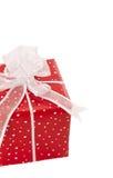 Lokalisiertes giftbox eingewickelt in punktiertem rotem Papier Lizenzfreie Stockbilder