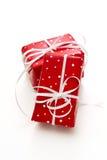 Lokalisiertes giftbox eingewickelt in punktiertem rotem Papier Lizenzfreie Stockfotografie