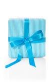 Lokalisiertes Giftbox mit blauem gestreiftem Packpapier Stockbilder
