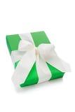 Lokalisiertes grünes Geschenk gebunden mit weißem Band für Weihnachten Lizenzfreies Stockfoto