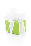 Lokalisiertes grünes giftbox gebunden mit weißem Band Lizenzfreie Stockbilder