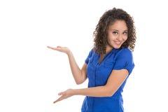 Lokalisiertes junges Mädchen, das mit der Hand und Palme tragen blaues s sich darstellt Lizenzfreie Stockbilder