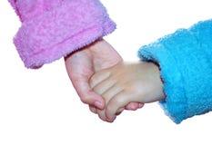 Lokalisiertes Mädchen und Junge in den Bademäntel schließen sich ihren Händen an lizenzfreie stockbilder