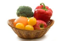 Lokalisiertes Obst und Gemüse in einem Korb Lizenzfreie Stockfotos