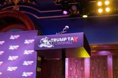 Lokalisiertes Podium TrumpTax-Rathauses mit Fahne Stockfotos