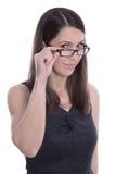 Lokalisiertes Porträt der Geschäftsfrau in einem schwarzen Kleid mit Gläsern Lizenzfreie Stockbilder