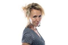 Lokalisiertes Porträt der glücklichen Frau im Kleid Lizenzfreie Stockfotos