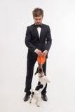 Lokalisiertes Porträt des Eigentümers mit seinem Hund Stockfoto
