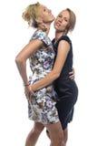 Lokalisiertes Porträt von stehenden Schwestern auf Weiß Lizenzfreie Stockfotografie