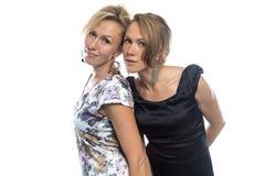 Lokalisiertes Porträt von zwei Schwestern auf Weiß Stockbild