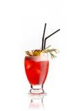 Lokalisiertes rotes Cocktail auf Weiß Stockfoto