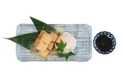Lokalisiertes Warabimochi ist ein Gelee ähnlicher Konfektionsartikel, der von der Adlerfarnstärke gemacht wird und in kinako bede Stockfoto
