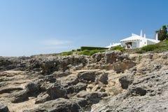 Lokalisiertes weißes Landhaus, Menorca, Spanien Stockbild