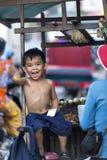 Lokalna chłopiec podróżuje z jej matką na ich furze przez ruchliwie s Obraz Royalty Free