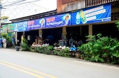 Lokalna dogodność sklepu spożywczego lub sklepu sprzedaż dla ludzi przy obliczeniem obraz stock