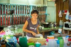 Lokalna kobieta na kuchni Wyspa jest częścią morski park narodowy Mu Ko Chang Zdjęcie Royalty Free
