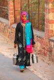 Lokalna kobieta niesie dojnych dzbanki w ulicie Fatehpur Sikri, Fotografia Stock
