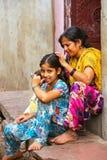 Lokalna kobieta przygotowywa dla wszy na jej córki ` s głowie w Fatehpur Obrazy Royalty Free