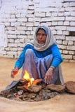 Lokalna kobieta robi ogieniowi używać suchego krowy łajno w Taj Ganj neighborh Obraz Royalty Free