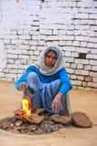 Lokalna kobieta robi ogieniowi używać suchego krowy łajno w Taj Ganj neighborh Obraz Stock