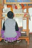 Lokalna kobieta wyplata dywan ręką w Antalya, Turcja Obrazy Stock
