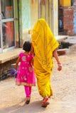Lokalna kobieta z dziewczyny odprowadzeniem w ulicie w Taj Ganj neighb Zdjęcie Royalty Free