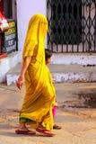 Lokalna kobieta z dziewczyny odprowadzeniem w ulicie w Taj Ganj neighb Zdjęcie Stock
