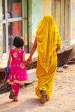 Lokalna kobieta z dziewczyny odprowadzeniem w ulicie w Taj Ganj neighb Obraz Stock
