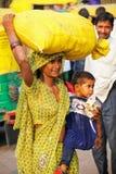Lokalna kobieta z małej dziewczynki przewożenia torbą na jej głowie przy Kinari Zdjęcie Royalty Free