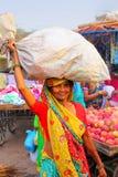 Lokalna kobiety przewożenia torba na jej głowie przy Kinari bazarem w Agra, U Zdjęcia Stock