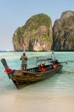 Lokalna mężczyzna pozycja w longtail łodzi przy majowie zatoką na Phi Phi Leh Zdjęcia Stock
