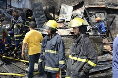 Lokalna palacz pomoc gasi ogienia podczas domu ogienia który patroszył wewnętrznych szanta domy fotografia royalty free