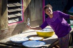 Lokalne kobiet pracy przed ona do domu z pucharami sól Obrazy Royalty Free