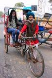 Lokalnego mężczyzna napędowy pedicab z turystą w Agra, Uttar Pradesh, Zdjęcie Stock