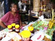 Lokalnej delikatności karmowy sprzedawca siedzi przed jej sklepem Obrazy Royalty Free