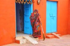 Lokalnej kobiety ogólny jard w Taj Ganj sąsiedztwie Agra, Utta Obrazy Royalty Free